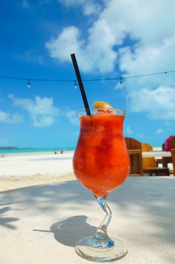 Genießen eines fruchtigen Getränks auf einem Strand in den Türken und in Caicos lizenzfreie stockfotografie