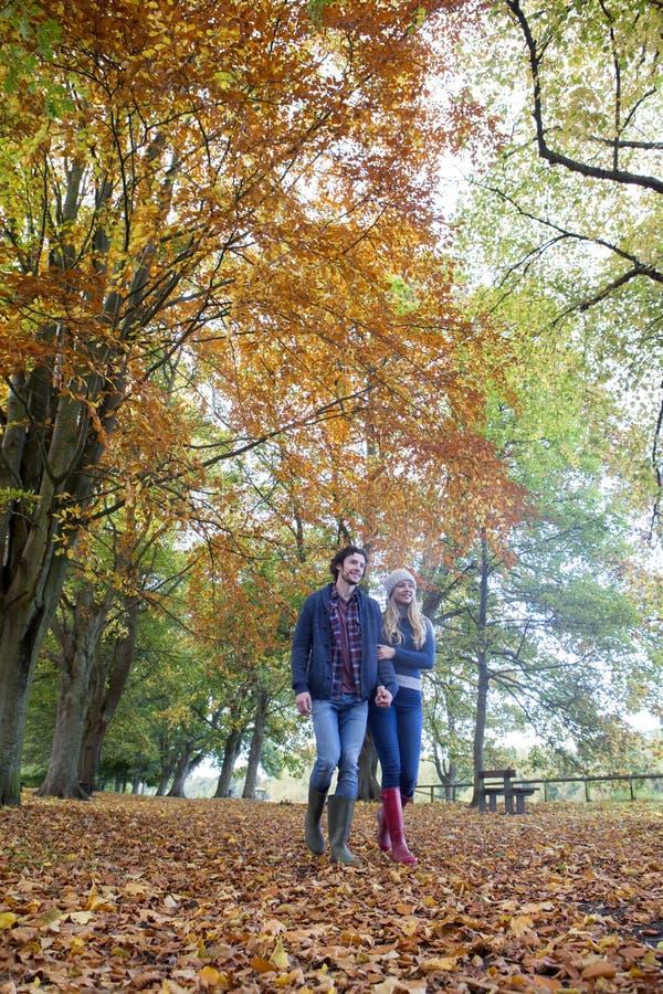 Genießen eines Herbstspaziergangs stockbilder