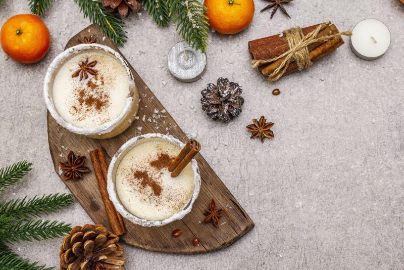 Genießen mit Zimt und Muskatnuss für Weihnachten- und Winterferien Hausgemachtes Getränk in Gläsern mit würziger Felge Tangerinen stockfoto