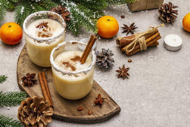 Genießen mit Zimt und Muskatnuss für Weihnachten- und Winterferien Hausgemachtes Getränk in Gläsern mit würziger Felge Tangerinen lizenzfreie stockbilder