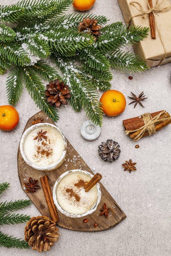 Genießen mit Zimt und Muskatnuss für Weihnachten- und Winterferien Hausgemachtes Getränk in Gläsern mit würziger Felge Tangerinen stockfotos