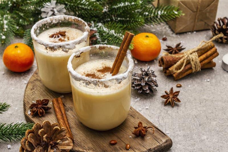 Genießen mit Zimt und Muskatnuss für Weihnachten- und Winterferien Hausgemachtes Getränk in Gläsern mit würziger Felge Tangerinen lizenzfreies stockfoto