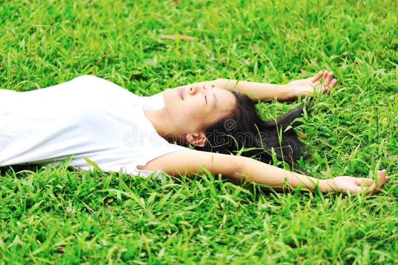 Genießen Sie auf Gras lizenzfreie stockfotos
