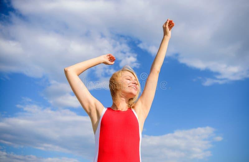 Genießen Sie das Leben ohne Schweissgeruch Frau blond, überzeugtes perspirant draußen entspannend Mach's gut Hautachselhöhle Mädc stockfoto