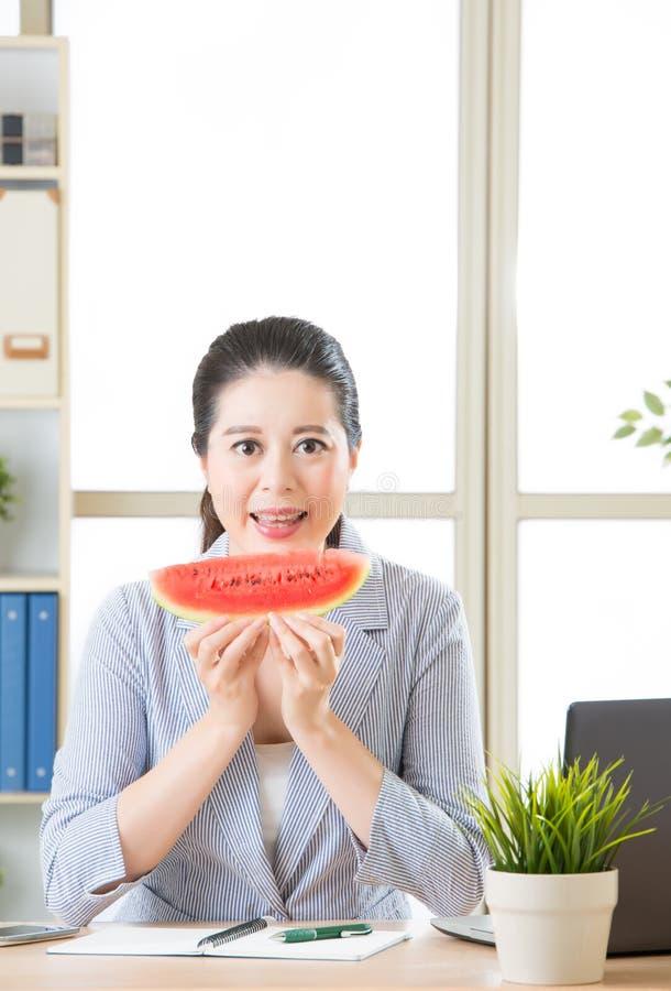 Genießen Sie die Zeit im Büro, ließen ` s Spaß mit Sommer frui haben lizenzfreies stockfoto