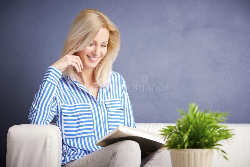 Genießen Sie, ein gutes Buch zu lesen stockfoto