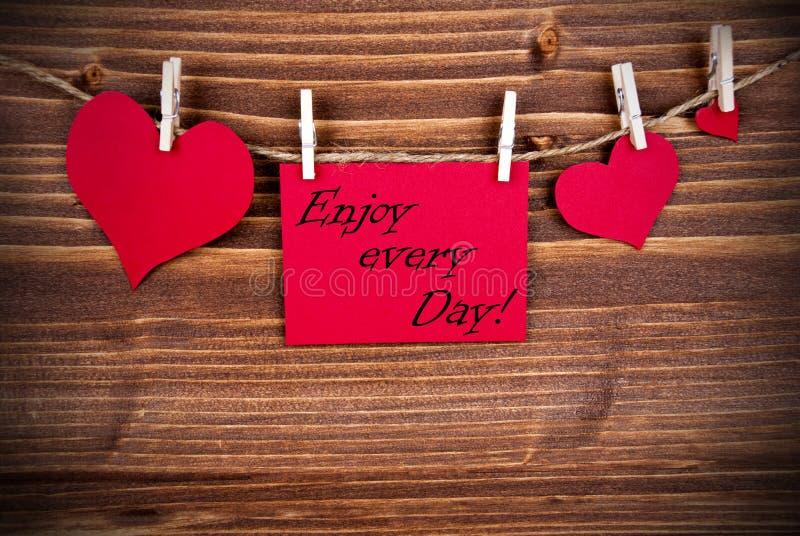 Genießen Sie jeden Tag auf einem roten Aufkleber lizenzfreies stockfoto