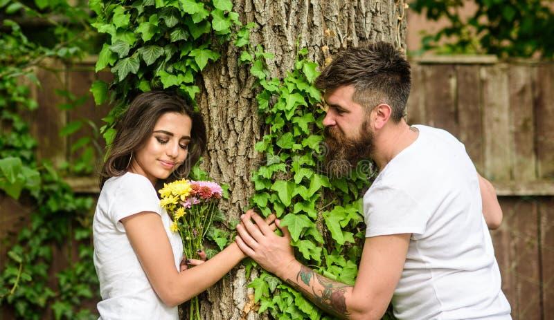 Genießen Sie romantisches Datum im Park Paare Datumswegnatur-Baumhintergrund der Liebe im romantischen Romantische Gefühle der Li stockfotos