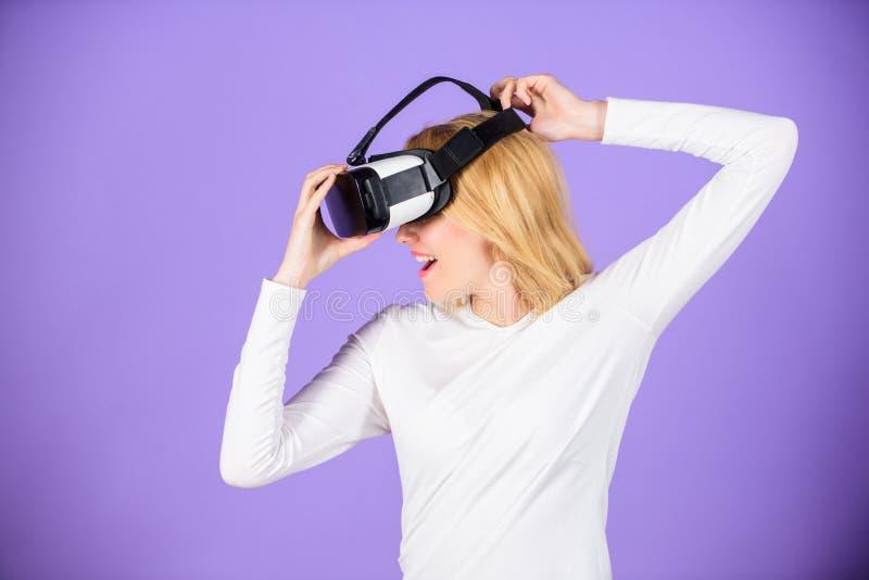 Genießen Sie virtuelle Realität Frauengriff vr Kopfhörerglas-Veilchenhintergrund Digital-Gerät und moderne Gelegenheiten virtuell stockfotos