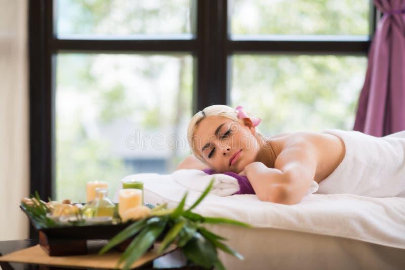 Genießen von Aromatherapie lizenzfreie stockfotos