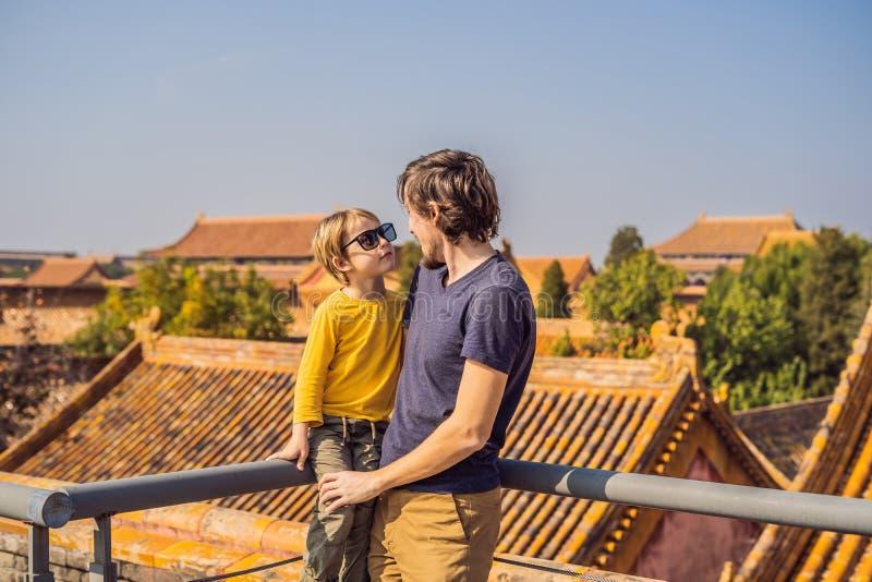 Genießen von Ferien in China Vati und Sohn in der Verbotenen Stadt Reise nach China mit Kinderkonzept Freie Durchfahrt des Visum  lizenzfreie stockfotos