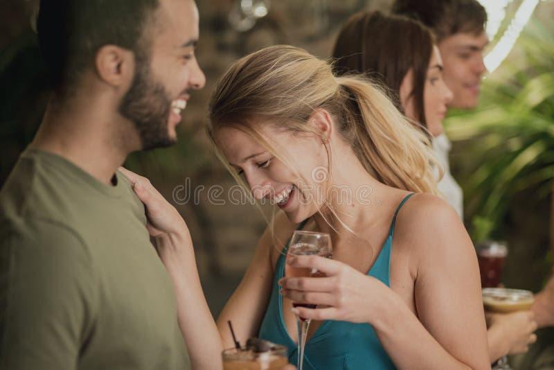 Genießen von Getränken in einer Bar stockbilder