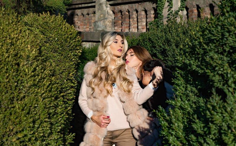 Genießen von Luxus M?dchenmode-modelle tragen Pelzkleidung Zauberluxuslebensstil Warme Kleidung Modeausstattung stockfotografie