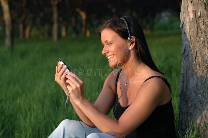 Genießen von Musik im Park lizenzfreie stockfotografie