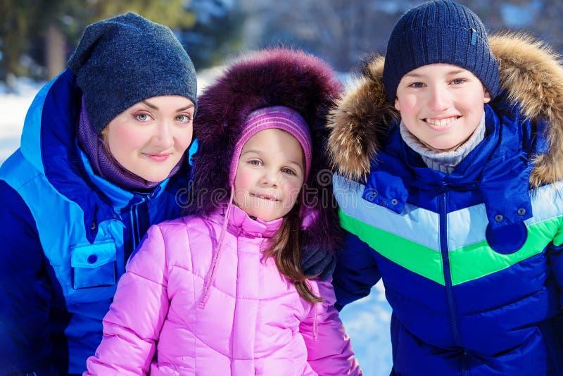 Genießt sonnigen Wintertag stockfoto