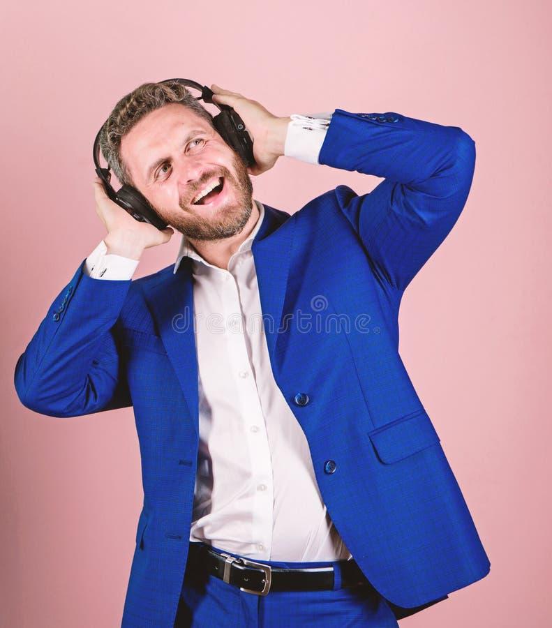 Genießen bärtiger Gesichtsgesellschaftsanzug des Mannes Lied Titelliste für Büroarbeit Musikbruch während des Arbeitstages Geschä stockbild