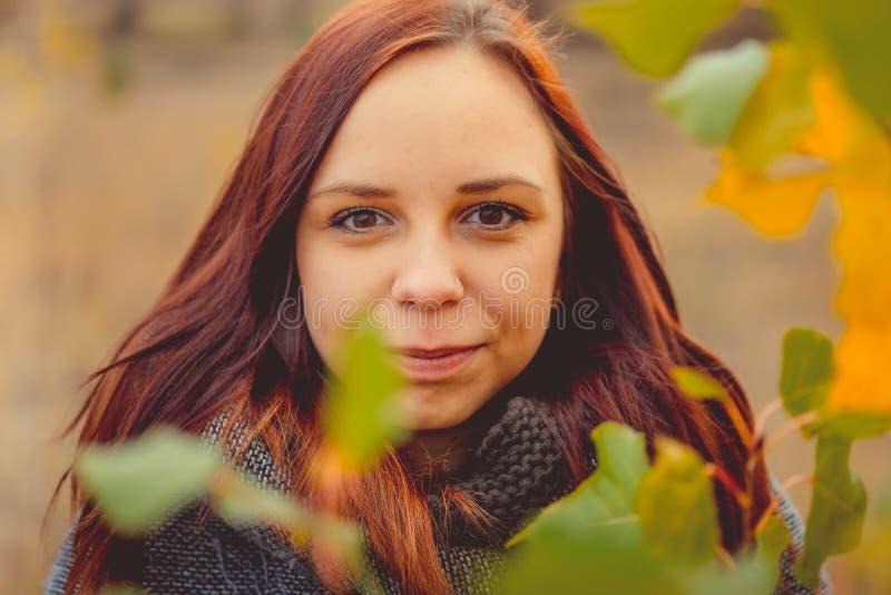 Genie?en des guten Wetters H?bsche Frau, die in den Park und die sch?ne Herbstnatur geht genie?t stockfoto