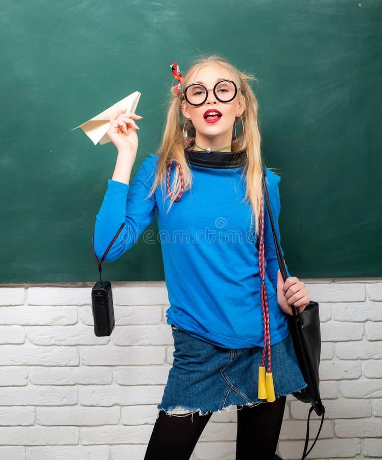 Genie?en ihres Schullebens Fantastisches Schulm?dchen Schulmode Sorgloser Jugendlicher Moderne blonde Mädchentafel lizenzfreies stockbild