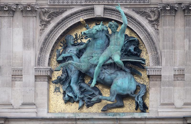 Genie van de Kunsten schrijlings op Pegasus door Marius Jean Antonin Mercie, architecturaal detail van het Louvremuseum stock foto