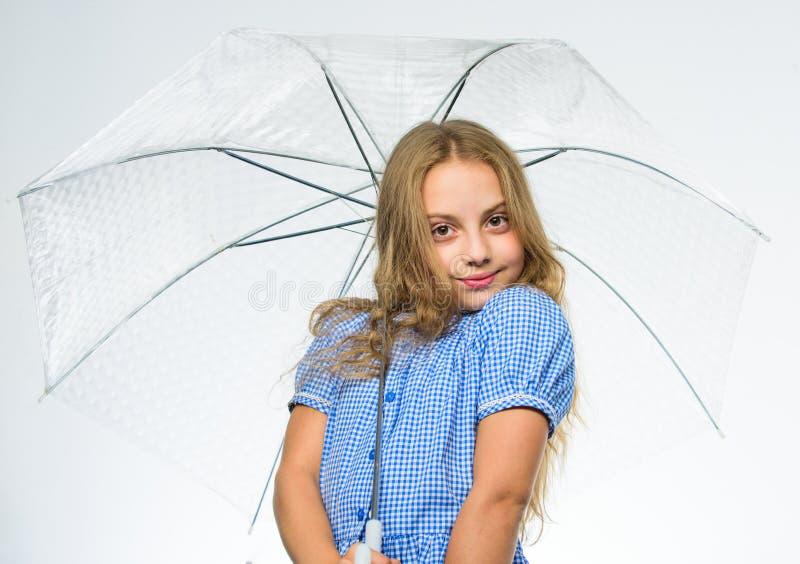 Geniet dalings van weer Beste dalings bijkomend concept Dalings regenachtig prettig weer Klaar meisjes het kind ontmoet dalingswe royalty-vrije stock foto