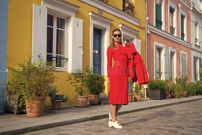 Geniet de vrouwen totale rode uitrusting gang van mooie straat Parijs Parijse onbezorgde gangen op zonnige dag Laat gang vrije ti royalty-vrije stock foto