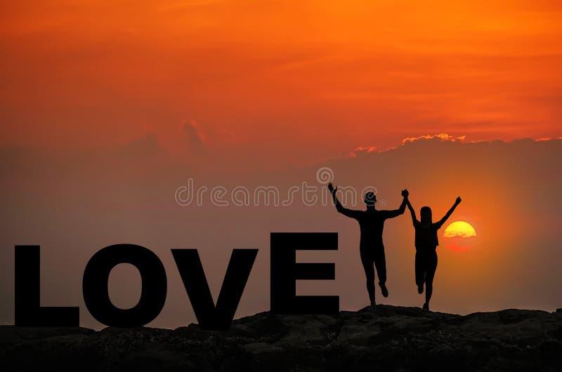 Geniet het silhouet jonge paar in liefde samen van goede tijd tijdens zonsondergang en houdt van tekst op hoogste Berg, hemel en  stock fotografie