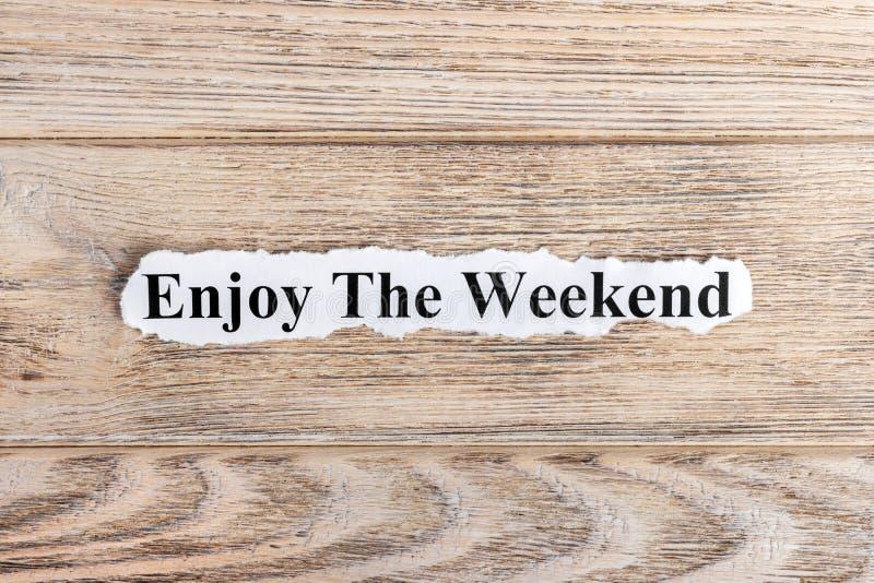 geniet van de weekendtekst op papier Word geniet van het weekend op gescheurd document Het beeld van het concept royalty-vrije stock afbeelding
