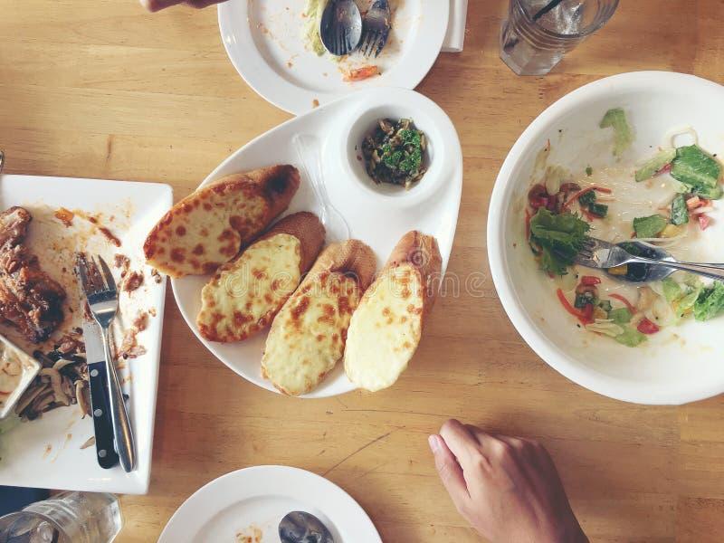 Geniet van etend De hoogste mening van vrienden, familie, groep mensen heeft samen het eten van gezond voedsel na vegetarische ko stock fotografie