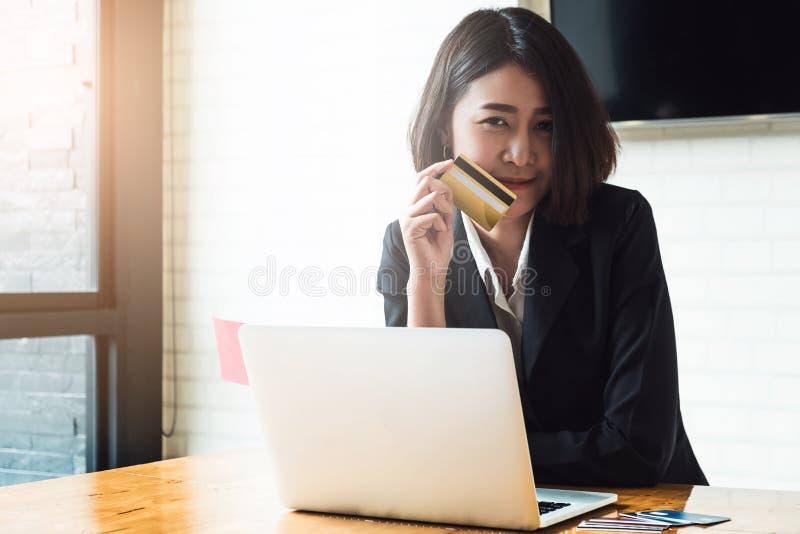 Geniet van met online het winkelen Slimme Aziatische het kredietauto van de vrouwenholding royalty-vrije stock afbeeldingen