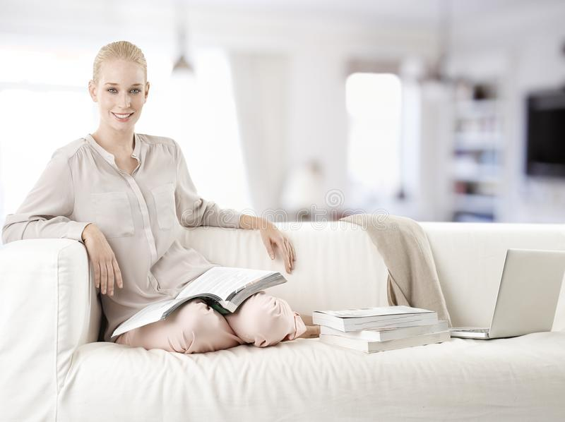Geniet van ontspannend en lezend boeken stock afbeelding