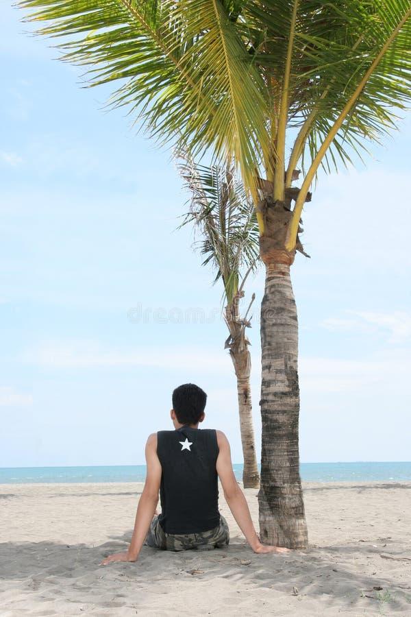 Geniet van op tropisch strand