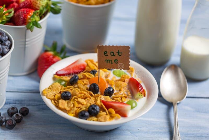 Geniet van uw gezond ontbijt met vruchten stock afbeeldingen