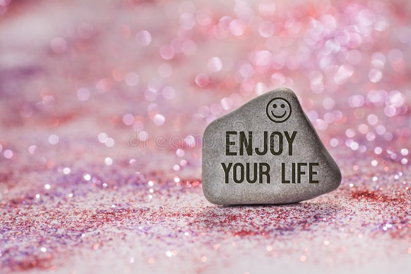 Geniet van uw leven graveren op steen stock afbeeldingen