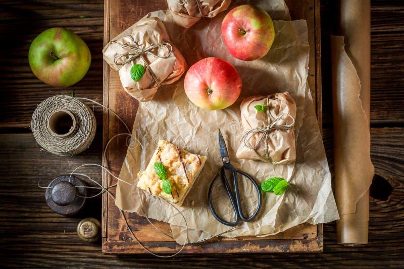 Geniet van uw weghalen appeltaart met kruimeltaart en suikerglazuur stock afbeelding