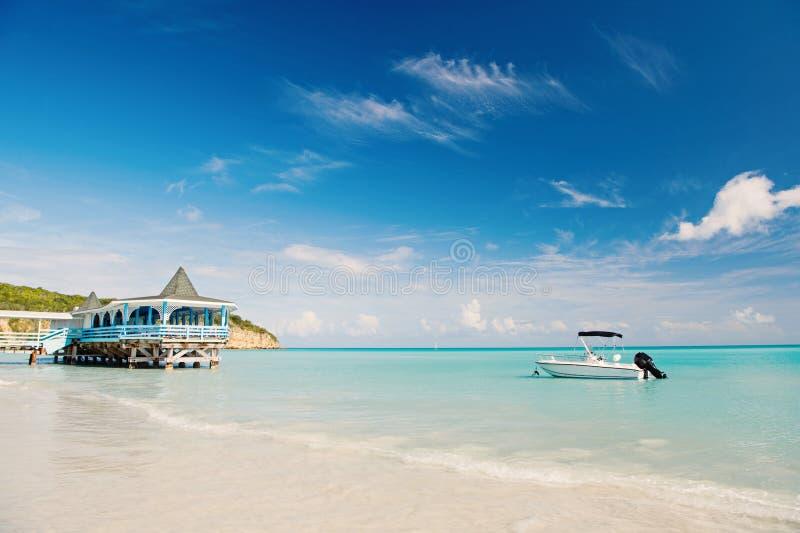 Geniet van voordelen die naast overzees zijn Overzees turkoois waterbungalow en schip dichtbij strand Vakantie overzees tropisch  royalty-vrije stock foto's