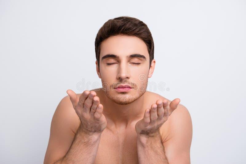 Genieten de levensstijl gesloten ogen van aromatische de greepmensen van het geuraroma per stock afbeeldingen