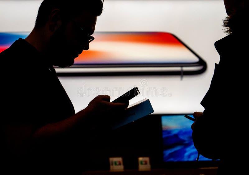 Genio di Apple Store che vende primo iphone in Francia immagini stock libere da diritti