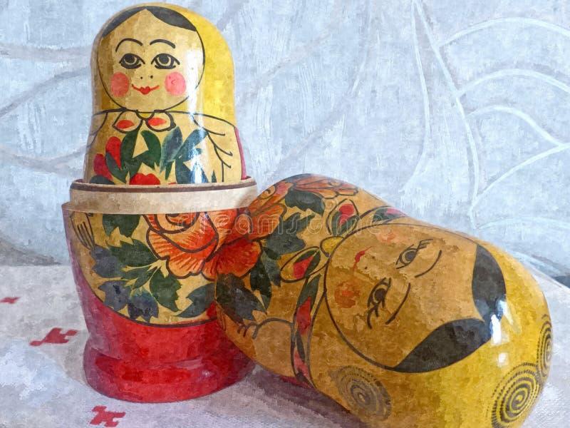 Genistete Puppen auf einer wei?en Leinentischdecke Malendes nasses Aquarell auf Papier Naive Kunst Zeichnungsaquarell auf Papier stock abbildung