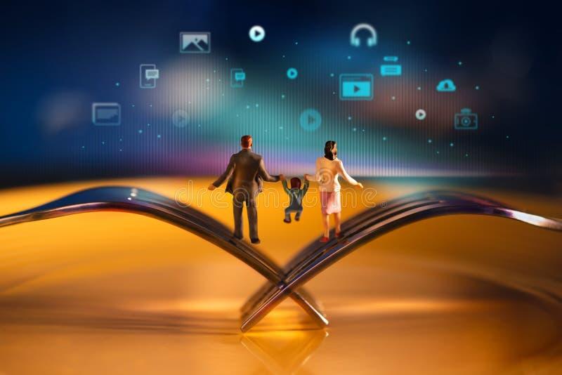 Genitore, bambini e nuova tecnologia coltivanti insieme concetto Famiglia moderna felice Miniatura del corpo d'equilibratura del  fotografia stock
