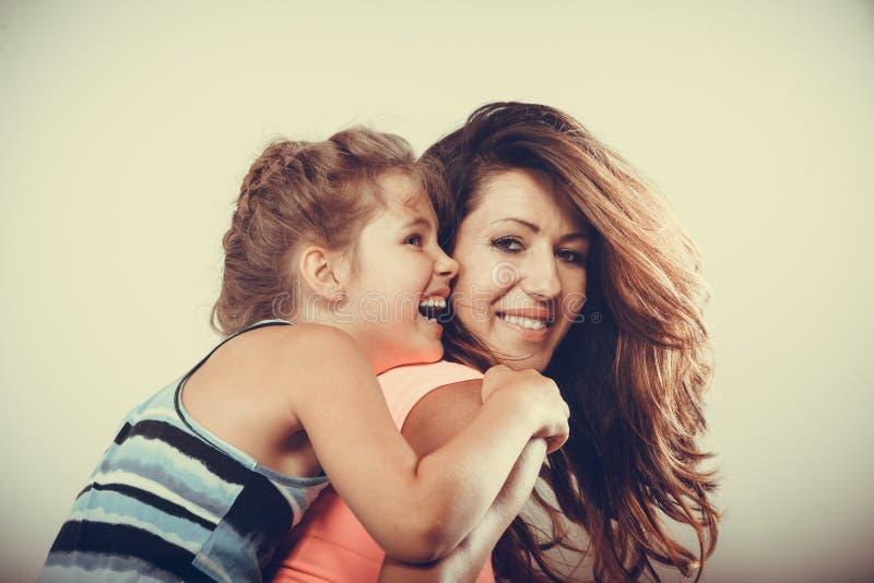 Genitore della madre che dà giro di a due vie del bambino immagine stock
