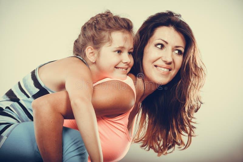 Genitore della madre che dà giro di a due vie del bambino fotografie stock