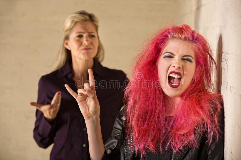 Genitore Sneering e figlia rumorosa immagini stock