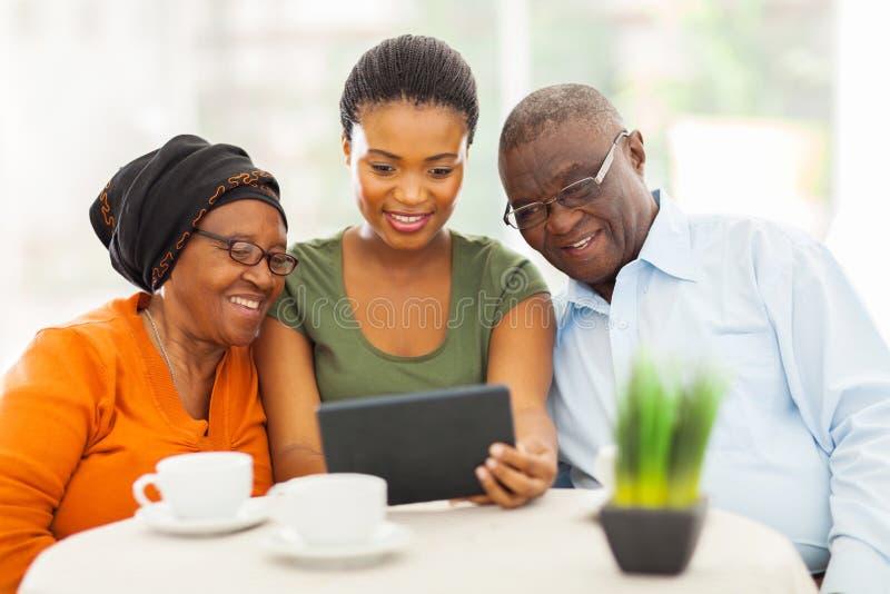Genitori africani dell'anziano della ragazza fotografia stock