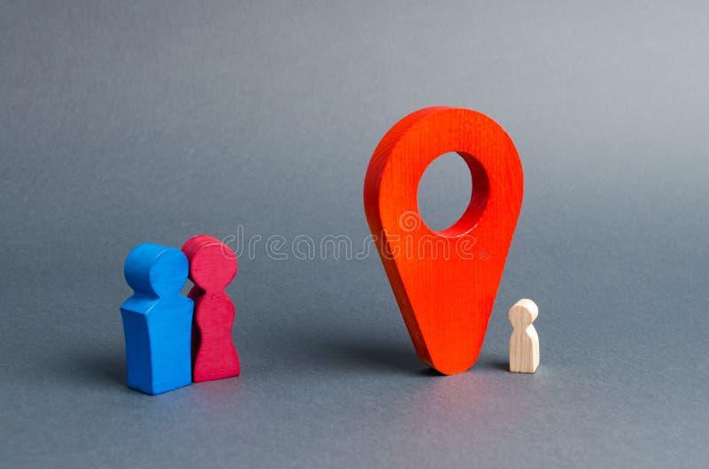 Genitori alla ricerca di un bambino perso o adozione di minore vicino all'indicatore di posizione Il concetto di individuazione d immagine stock libera da diritti