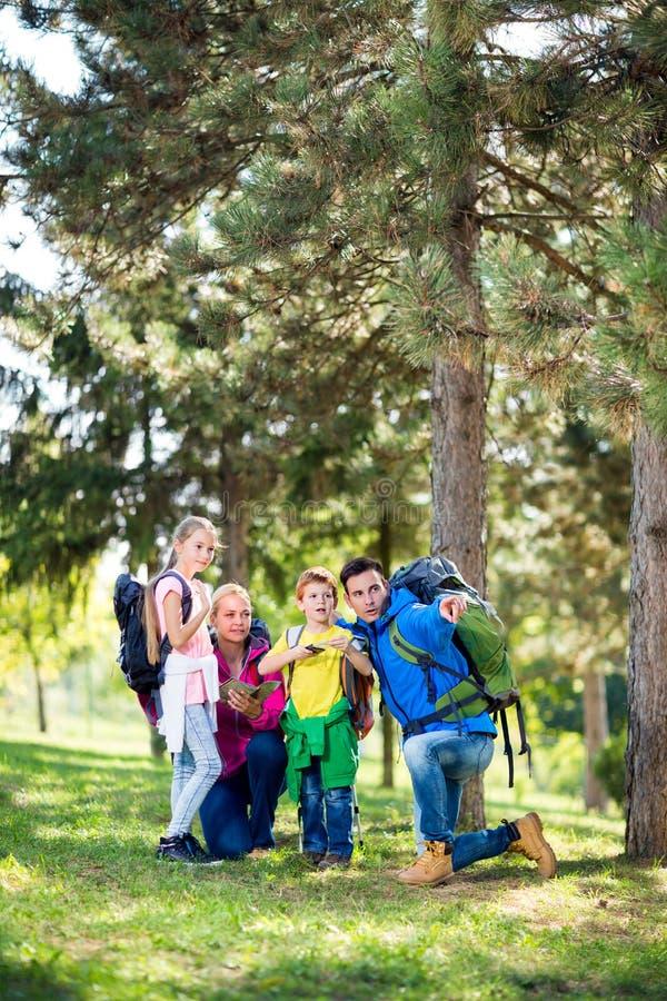 Genitori che fanno un'escursione con i loro bambini immagini stock libere da diritti