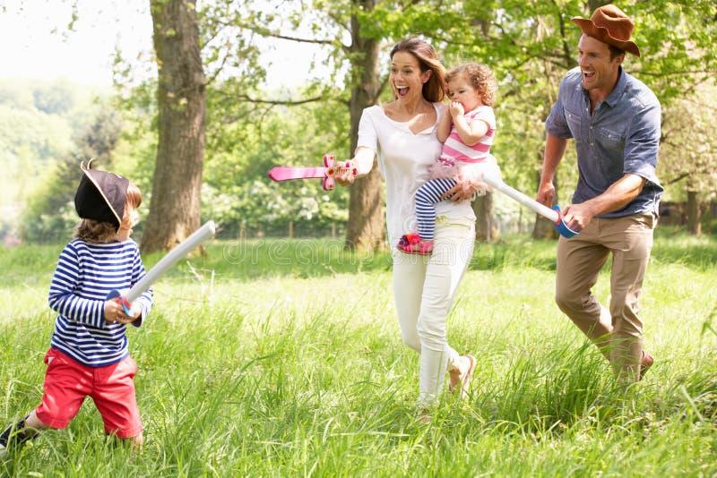 Genitori che giocano il gioco di avventura con i bambini immagini stock libere da diritti