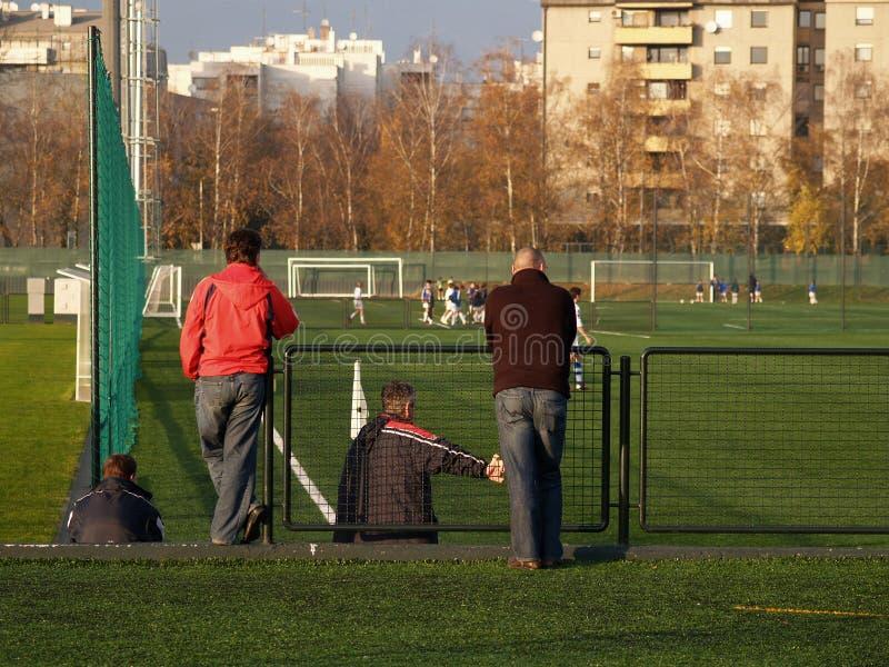 Genitori che guardano partita di football americano fotografie stock