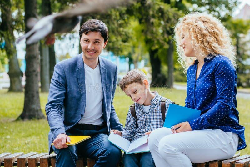Genitori che parlano per comunicare con bambino Concetto reale di stile di vita della gente fotografia stock libera da diritti