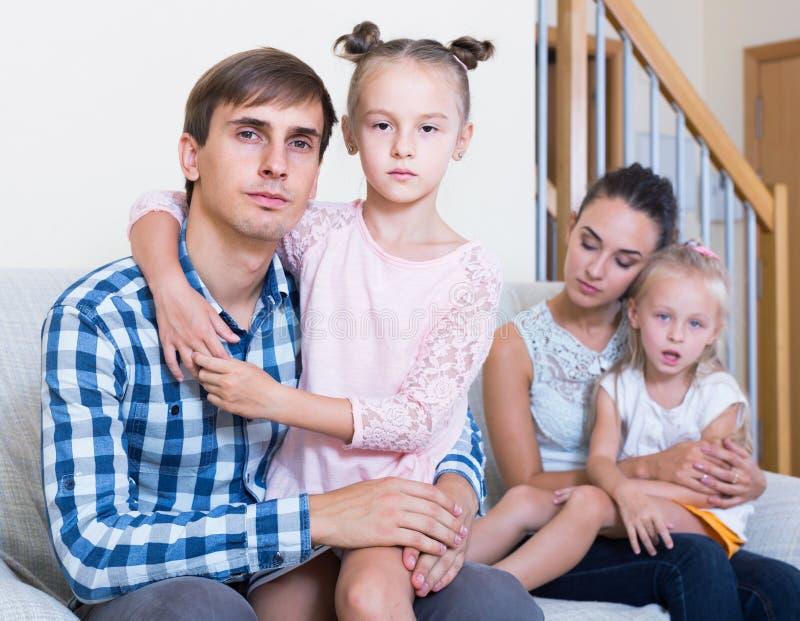 Genitori che passano con il divorzio e che pensano ai bambini futuri immagini stock