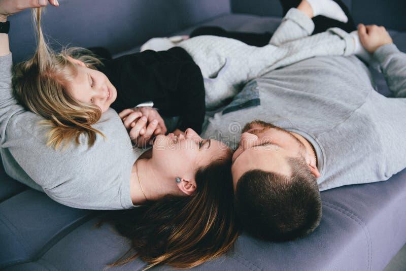 Genitori con la bambina che ride in strato immagine stock libera da diritti